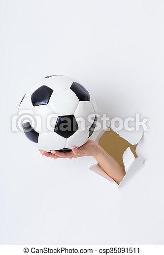 ボール, 手, ペーパー, によって, 穴, サッカー - csp35091511