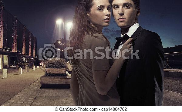 中央, 優雅である, 恋人, 若い, 夜 - csp14004762
