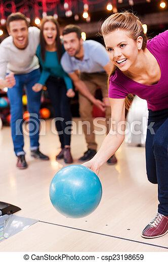 人々, 3, on!, ボウリング, 女性, 美しい, ボール, 間, 投げる, 来なさい, 元気づけること, 若い - csp23198659