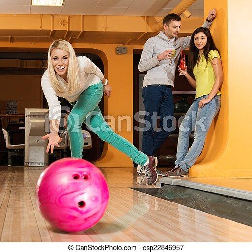 女の子, ボール, 投げるクラブ, ボウリング, 微笑, ブロンド - csp22846957