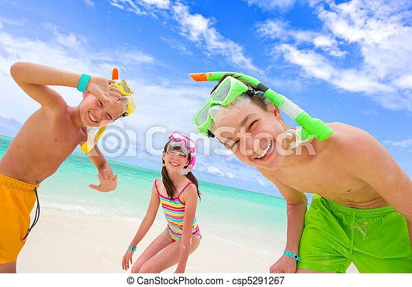 子供たちが遊ぶ, 浜 - csp5291267