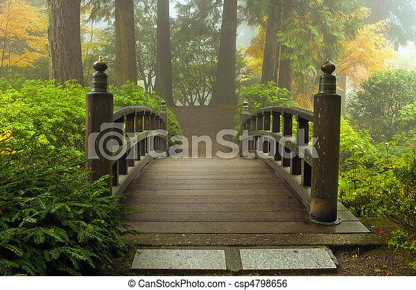 木製の橋, 日本の庭, 秋 - csp4798656