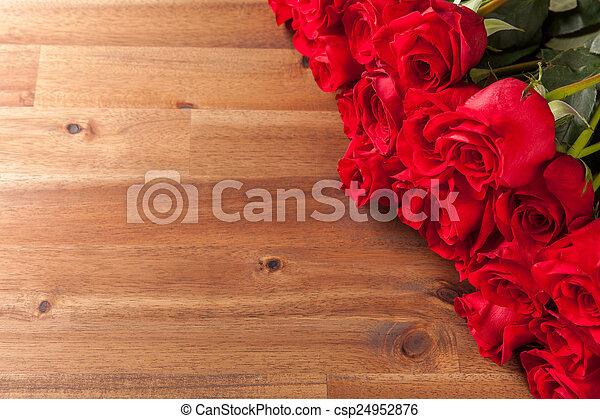 花束, ばら, 木製の机 - csp24952876